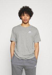 Nike Sportswear - T-shirt med print - grey heather - 2