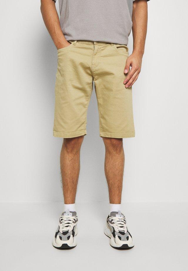 TUCKY  - Shorts - sand