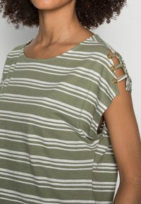 Esprit - BUTTON - T-shirts med print - light khaki - 4