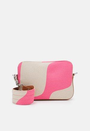 TOIVIO TAIFUUNI BAG - Borsa a tracolla - brown/pink