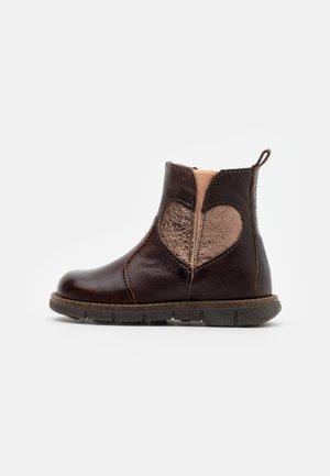 MAGGIE - Kotníkové boty - brown
