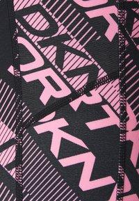 DKNY - LOGO ARCHES HIGH WAIST 7/8 POCKETS - Collants - black/bubblegum - 2