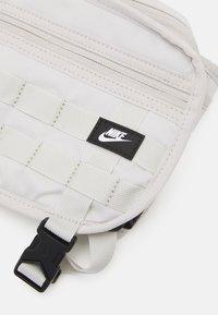 Nike Sportswear - UNISEX - Heuptas - light bone/white - 4