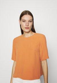 IVY & OAK - TIANA - Basic T-shirt - sienna autumn - 4