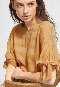 comma casual identity - MIT TUNNELZUG-DETAILS - Blouse - apricot woven stripes - 3