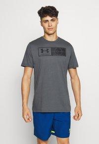 Under Armour - TAG TEE - T-shirt imprimé - pitch gray - 0