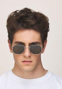 Meller - EYASI - Sunglasses - silver olive - 1