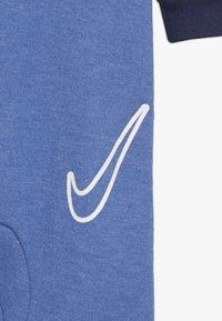 Nike Sportswear - FOOTED COVERALL BABY - Pyjama - mountain blue heather - 4