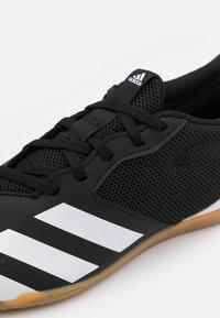 adidas Performance - PREDATOR 20.4 FOOTBALL SHOES INDOOR - Botas de fútbol sin tacos - core black/footwear white - 5