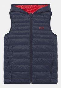 BOSS Kidswear - REVERSIBLE PUFFER SLEEVELESS - Bodywarmer - red - 2