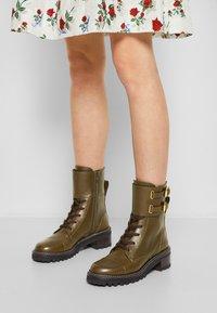 See by Chloé - MALLORY LACE UP - Šněrovací kotníkové boty - khaki - 3