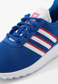 adidas Originals - LA TRAINER LITE UNISEX - Trainers - royal blue/footwear white/scarlet - 2