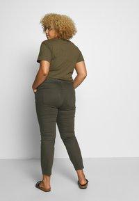 Dorothy Perkins Curve - DARCY RAW EDGE JEAN - Jeans Skinny - khaki - 2
