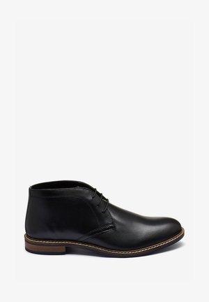 TAN CHUKKA BOOTS - Eleganta snörskor - black