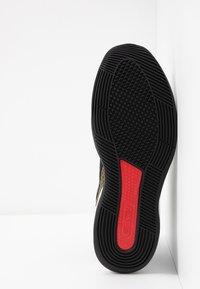 Nike Performance - AIR FORCE MAX LOW - Indoorskor - black/white/university red - 4