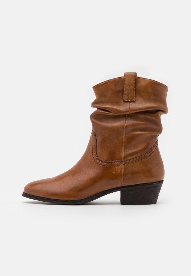 ADELINE - Kovbojské/motorkářské boty - cognac