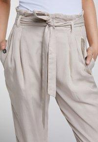 Oui - UTILITY STYLE - Trousers - light stone - 3