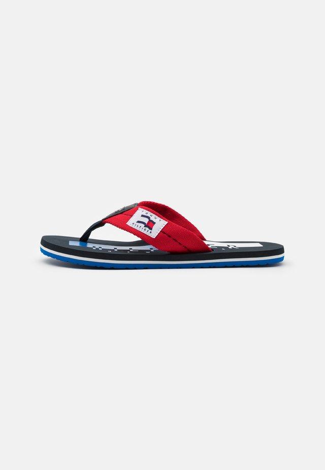 BADGE BEACH - Sandály s odděleným palcem - primary red