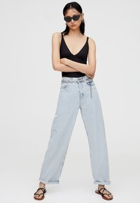 PULL&BEAR - MIT HOHEM BUND - Jeans a zampa - light blue - 1