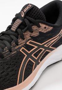 ASICS - GEL-EXCITE 7 - Obuwie do biegania treningowe - black/rose gold - 5
