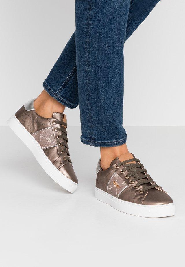 CORALIE - Sneakersy niskie - bronce
