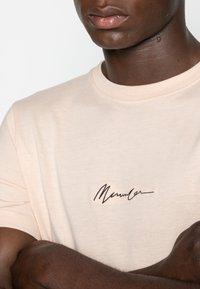 Mennace - ESSENTIAL SIG UNISEX - T-shirt basique - beige - 4