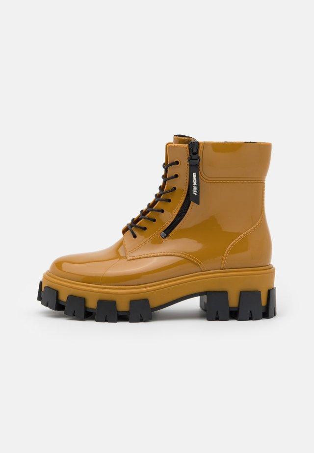 RAINA - Botas de agua - rusted gold