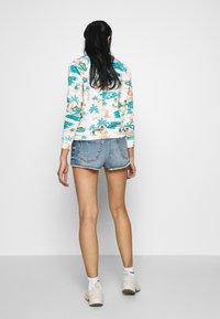 Roxy - TRIGGER HIPPIE SISTER - Denim shorts - medium blue - 2