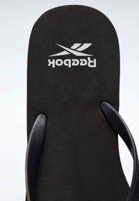 Reebok - CASH FLIP - Sandalias de dedo - black - 7
