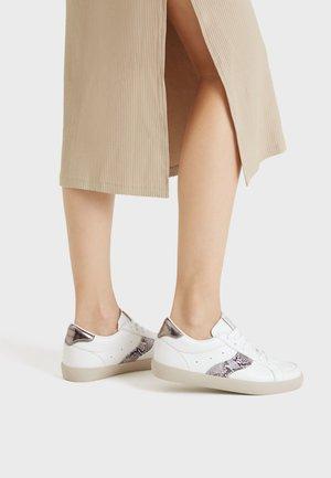 MIT PRÄGUNG UND TIERPRINT-DETAIL - Sneakers laag - white
