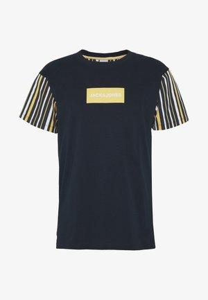 JORGUS TEE  - T-shirt med print - navy blazer
