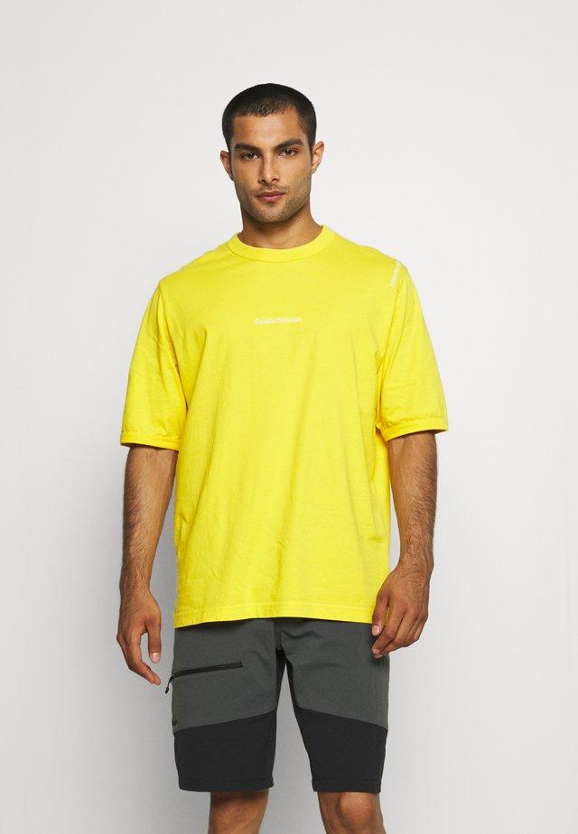 VIBE 95 TEE - T-shirt print - trek yellow