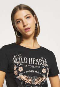 Even&Odd - LOULOU WILD HEARTS ROCK TEE - T-shirt con stampa - black - 4