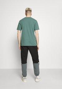 adidas Originals - TREFOIL UNISEX - T-shirt z nadrukiem - hazy emerald/white - 2