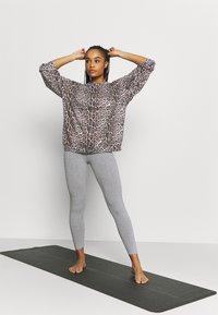 Onzie - BOYFRIEND  - Sweatshirt - leopard - 1