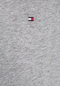 Tommy Hilfiger - 2 PACK - Basic T-shirt - white/grey heather - 4