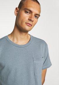 Jack & Jones PREMIUM - JPRAIDEN TEE CREW NECK AMERICAN FIT - Basic T-shirt - faded blue - 5