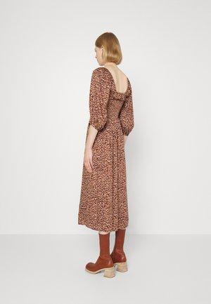 MATILDA DRESS - Denní šaty - vintage bronze