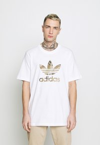 adidas Originals - CAMO INFILL TEE - T-shirt con stampa - white/wild pine - 0