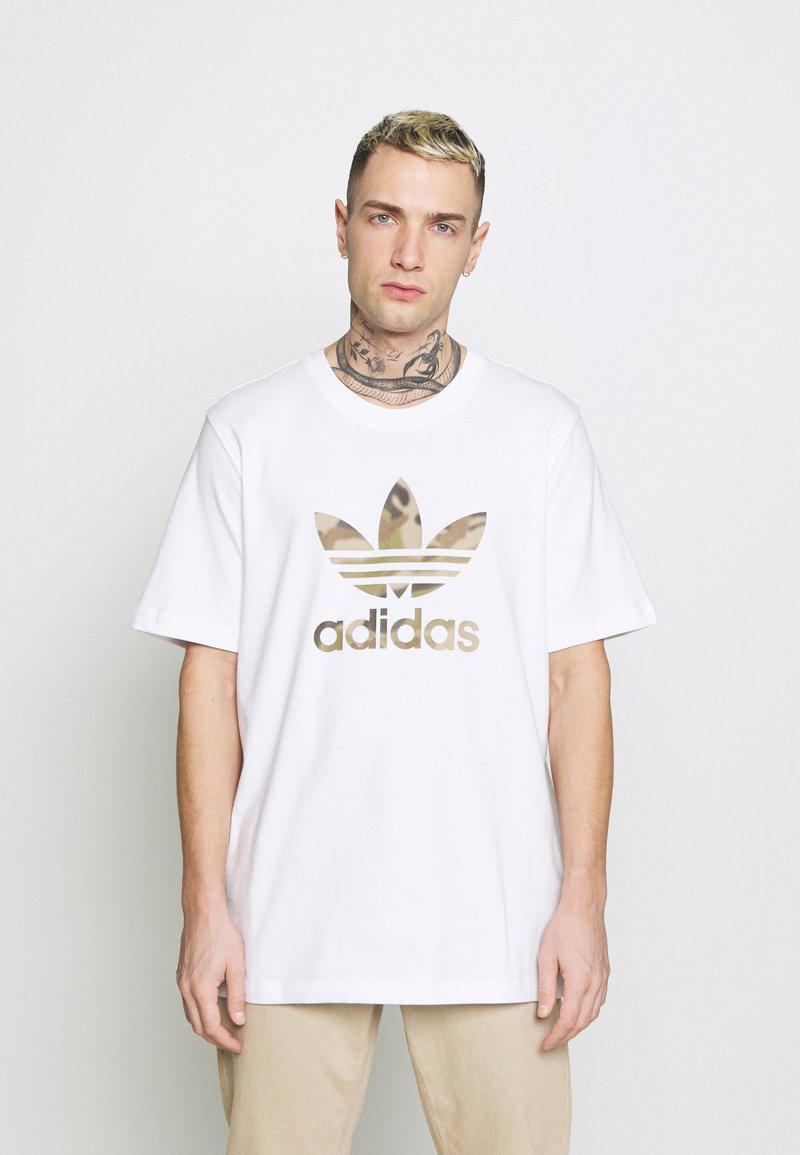 adidas Originals - CAMO INFILL TEE - T-shirt con stampa - white/wild pine