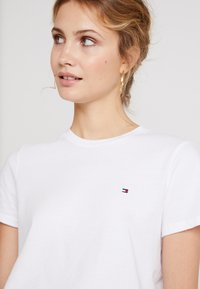 Tommy Hilfiger - NEW LUCY - T-shirt med print - white - 4