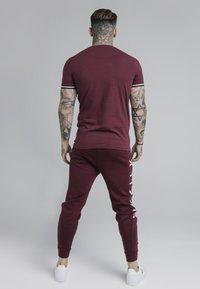 SIKSILK - SIGNATURE TEE - Camiseta estampada - wine - 2