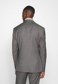Isaac Dewhirst - BOLD STRIPE SUIT - Traje - grey - 3
