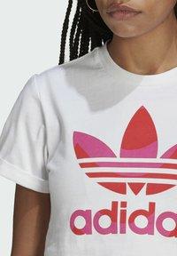 adidas Originals - T-shirt print - white/vivid red/team real magenta - 4