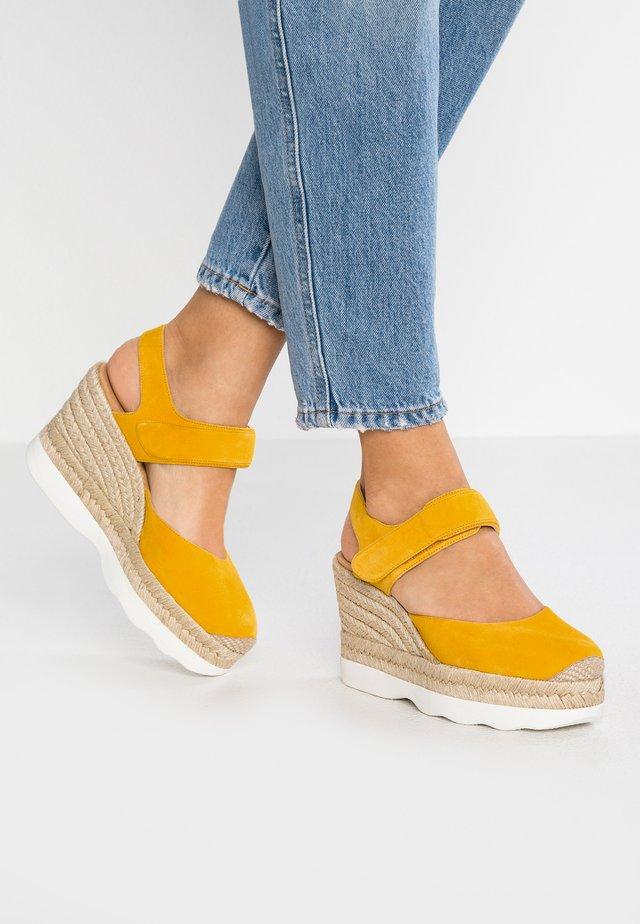 CALANDA - Sandalen met hoge hak - yellow