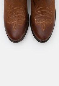 Apple of Eden - Kovbojské/motorkářské boty - cognac - 5
