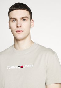 Tommy Jeans - Print T-shirt - stone - 4