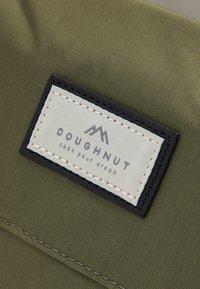 Doughnut - MACAROON LARGE JUMANJI SERIES BACKPACK UNISEX - Ryggsekk - sand/black - 4