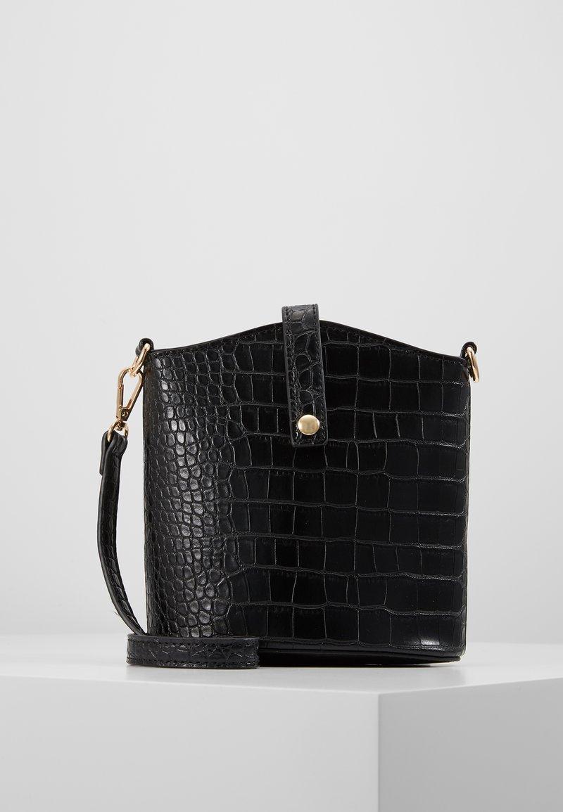Pieces - PCMELON MINI SHOPPER - Across body bag - black/gold
