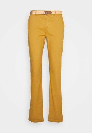 STUART PEACHED WITH GIVE AWAY BELT - Chino kalhoty - sandlewood